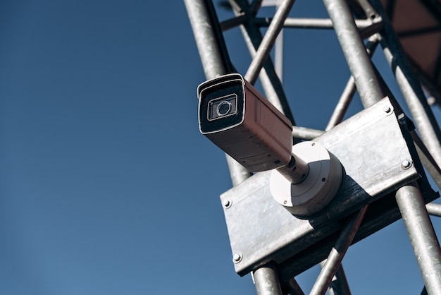Cctv-straatcamera's op ijzeren paal. monitoring camera of bewakingscamera concept. stock foto