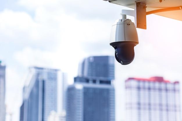 Cctv-systeemcamera met achtergrond pf blur stad gebouw veiligheid van de veiligheid