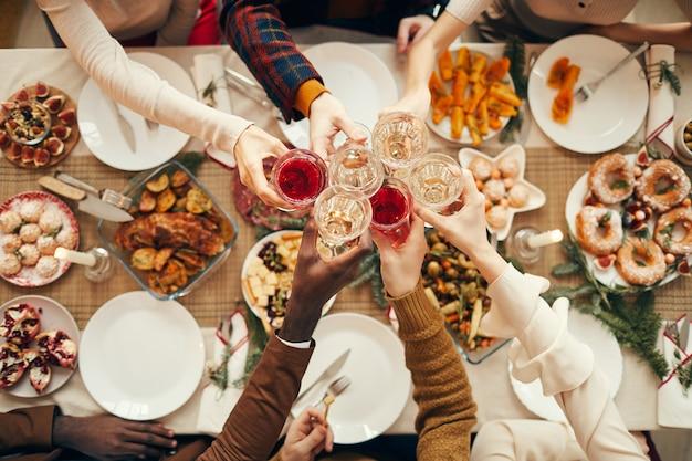 Celebration toast over feestelijke eettafel