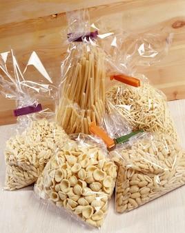 Cellofaanzakken met verschillende pasta's