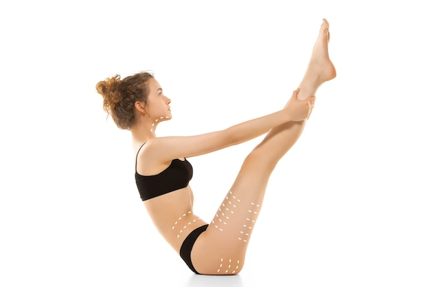 Cellulitis verwijderingsplan. de zwarte aftekeningen op het lichaam van een jonge vrouw die zich voorbereiden op plastische chirurgie. concept van lichaamscorrectie, schoonheid, operatieprocedure, liposuctie. fit vrouwelijk lichaam. kopieerruimte.