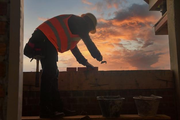 Cement beton wegenbouw, beton gieten tijdens commerciële betonvloeren van gebouwen