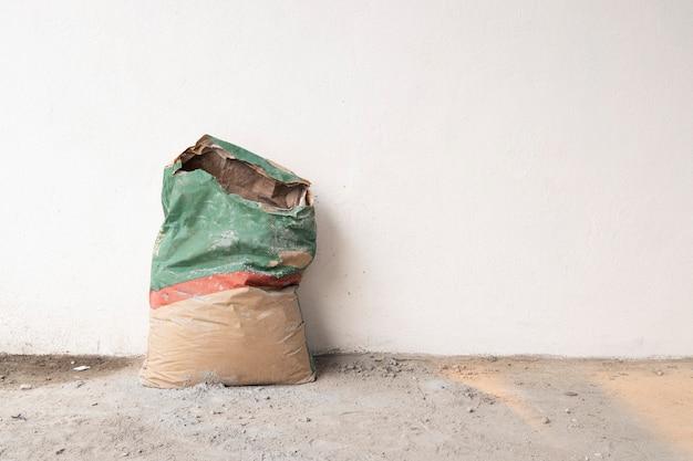 Cement in zakken op de bouwplaats