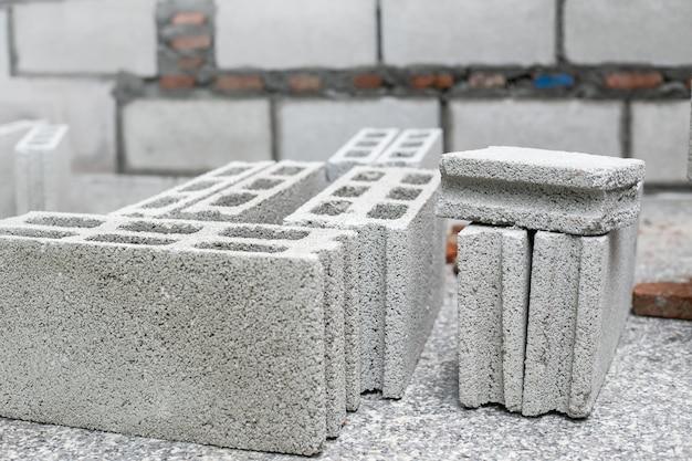 Cement of mortel, cement poeder met een troffel op de baksteen op bouwwerkzaamheden.