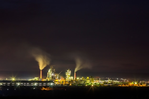 Cementfabriek en elektriciteitscentrale 's nachts