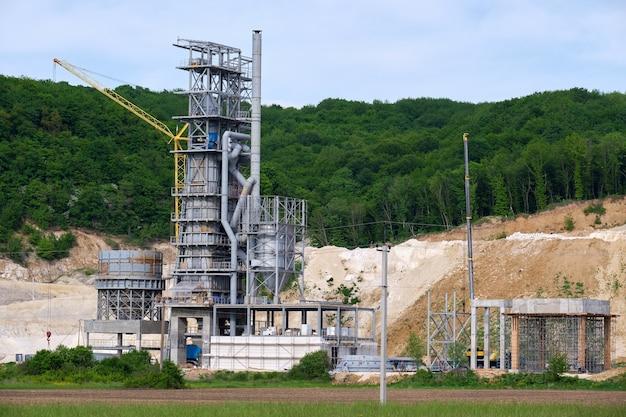 Cementfabriek met hoge metalen fabrieksstructuur op industrieel productiegebied. vervaardiging en wereldwijd industrieconcept.