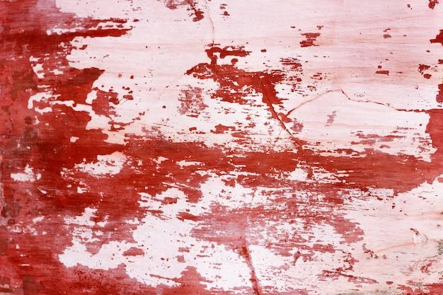 Cementmuur met rode verf, ruwe achtergrond. abstracte concrete achtergrond met oude peeling rode verf.