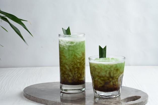 Cendol is een zoet ijsdessert gemaakt van rijstmeelpandanbladextractkokosmelkpalmsuikersiroop