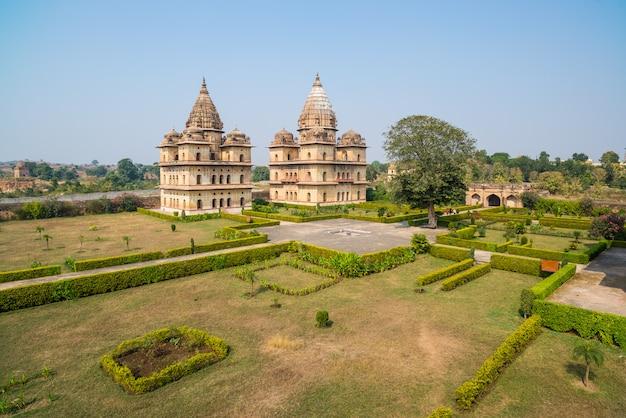 Cenotaphs in orchha, madhya pradesh. ook gespeld orcha, beroemde reisbestemming in india. moghul-tuinen, blauwe lucht.
