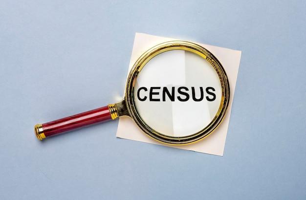 Censuswoord door meer magnifier over blauwe achtergrond.