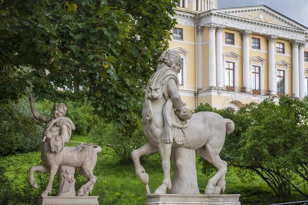 Centaurstandbeeld bij de centaurbrug in pavlovsk, rusland
