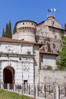 Centrale ingang van het historische middeleeuwse kasteel van brescia, italië