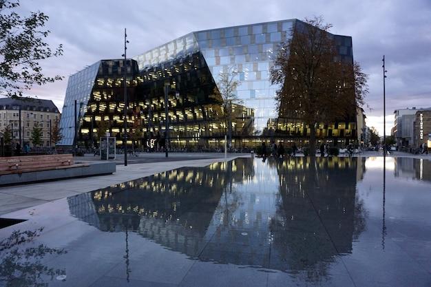 Centrum van freiburg im breisgau, duitsland. moderne glazen gevel van het gebouw van de universiteitsbibliotheek.