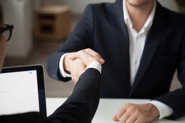 Ceo schuddende hand van mannelijke baankandidaat