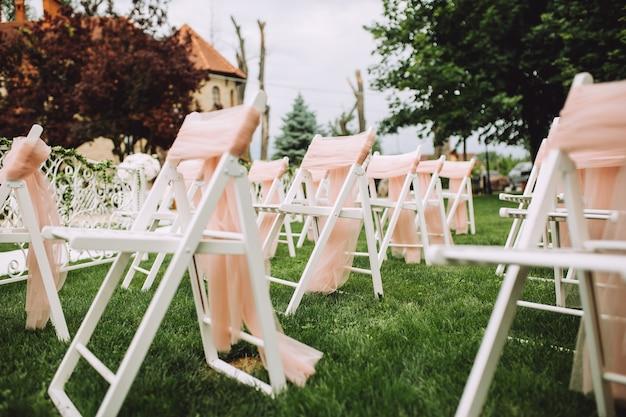 Ceremonie in de boezem van de natuur. een bruiloft in het park, tussen groene bomen.