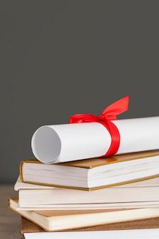 Certificaat met lint vooraanzicht en boeken
