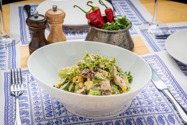 Cesarsalade met geroosterd kippenvlees