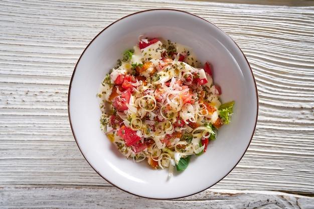 Cesarsalade met tomatenkaassla