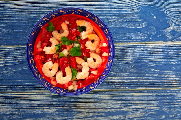 Ceviche de camaron-garnalen mexicaanse plaat op blauw