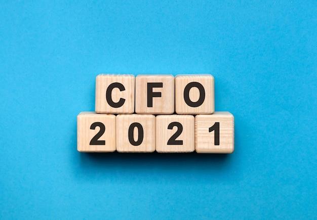 Cfo - tekstconcept op houten kubussen met blauwe achtergrond met kleurovergang