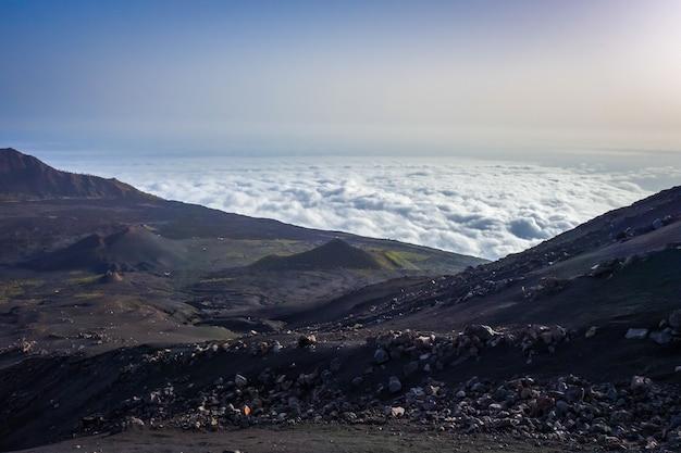 Cha das caldeiras over de wolken uitzicht vanaf pico do fogo in kaapverdië