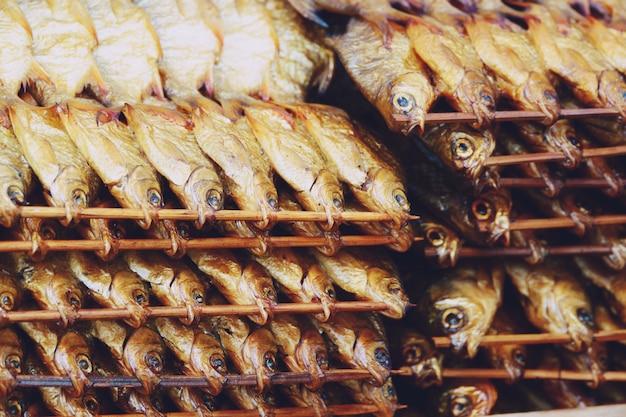 Chacole gegrilde vis met bamboe stok thaise stijl eten