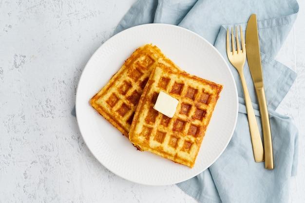 Chaffle, ketogeen dieet, gezondheidsvoedsel. zelfgemaakte ketowafels met ei, mozzarellakaas