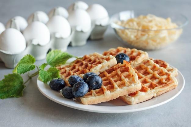 Chaffles met bosbessen. ei en kaaswafels voor ontbijt. keto dieet. kaaswafel.