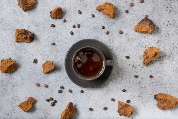 Chaga paddenstoelen snijden en voorbereiding voor het maken van gezonde koffiedrank trendy gezonde infusie. uitzicht van boven.
