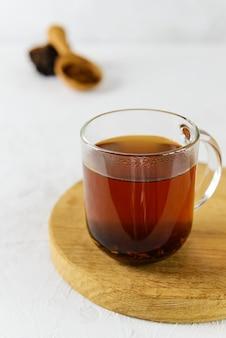 Chaga paddestoel thee in een mok op een houten bord