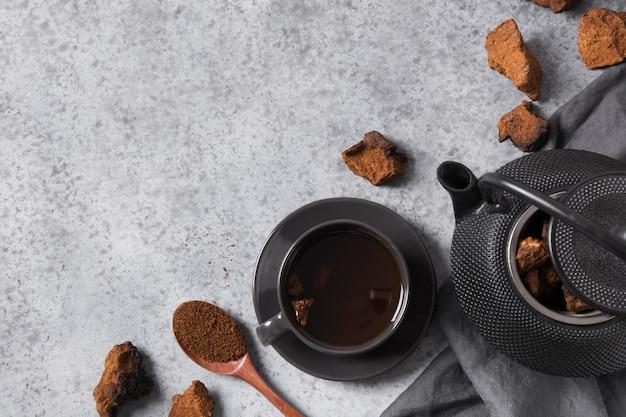 Chaga paddestoelen koffie. trendy gezonde drank. uitzicht van boven. plat liggen.
