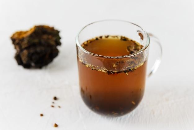 Chaga-thee in een glazen beker