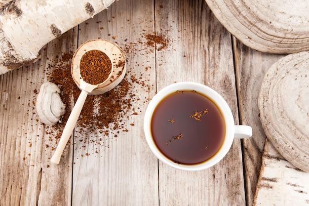 Chaga-thee is een gezonde natuurlijke drank. bereid uit gedroogde chaga-berkenpaddestoel. natuurlijke antioxidant. gebruikt in kruidengeneeskunde.