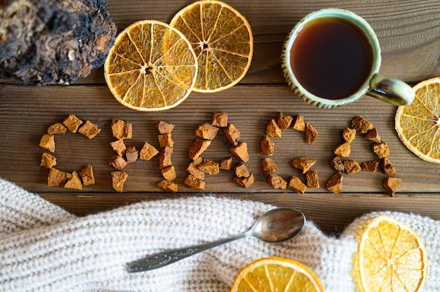 Chaga theepaddestoel van berkenboom gebruikt voor genezende thee of koffie in de volksgeneeskunde
