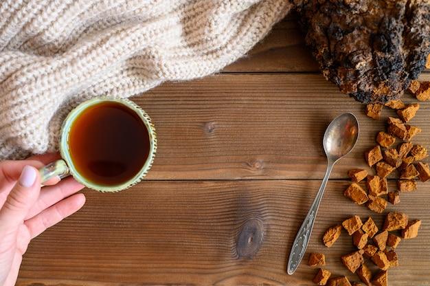 Chaga theepaddestoel van berkenboom voor genezing van thee of koffie in de volksgeneeskunde