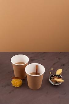 Chai of mumbai snijden van chai in papieren wegwerpglazen