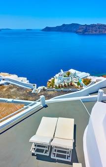 Chaise-longues op een terras op het eiland santorini, griekenland