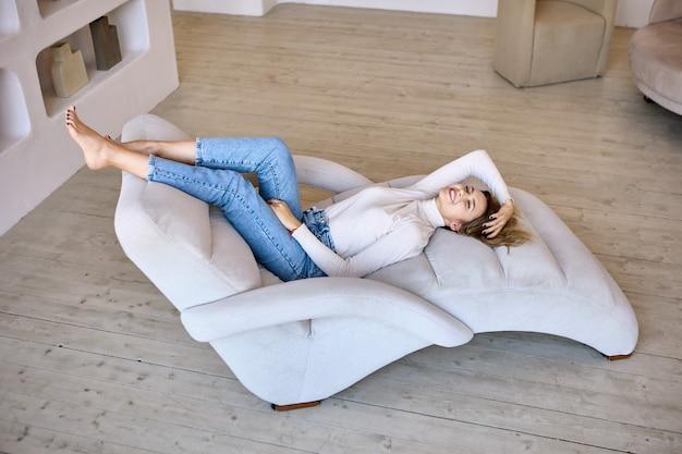 Chaise lounge in woonkamer waar vrouw ligt