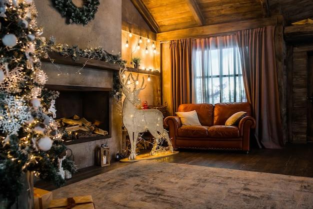 Chalet huis met kerstversiering, open haard in het interieur van de kamer