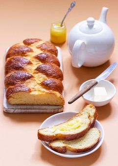 Challah gemaakt van gistdeeg, een traditioneel feestelijk dessertbrood