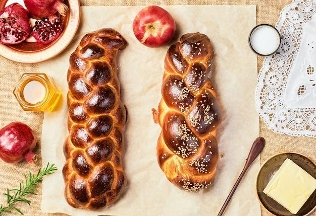 Challahbrood, vers gebakken zoet gevlochten brood op perkament