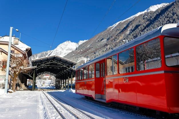 Chamonix trein in besneeuwde bergen schakel