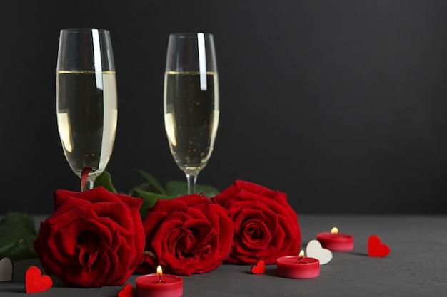 Champagne bloemen en geschenken op de tafel valentijnsdag achtergrond