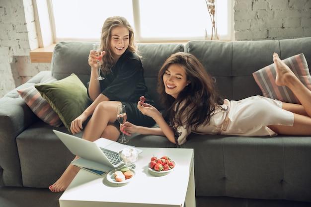 Champagne drinken met aardbei blanke meisjes vrienden genieten van een weekend vrijgezellenfeest