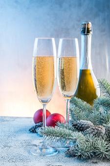 Champagne en glazen in de buurt van kerstmis