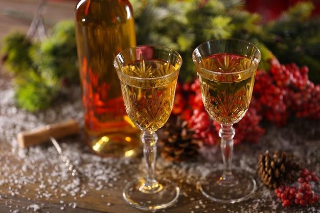 Champagne en kerstversiering op houten tafel