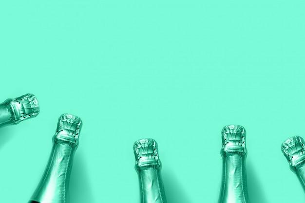 Champagne-flessen gestemd biscay groen op een muntachtergrond