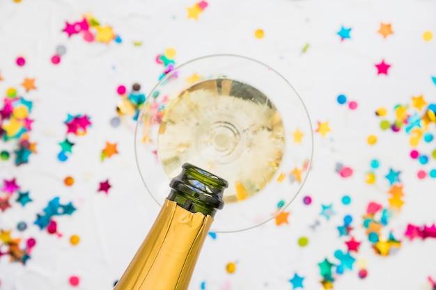 Champagne gieten in glas uit de fles