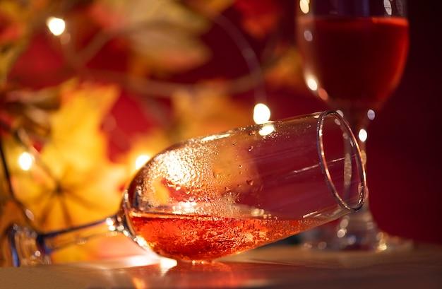 Champagne-glas op lijst tegen vage lichten