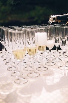 Champagne in glazen gieten